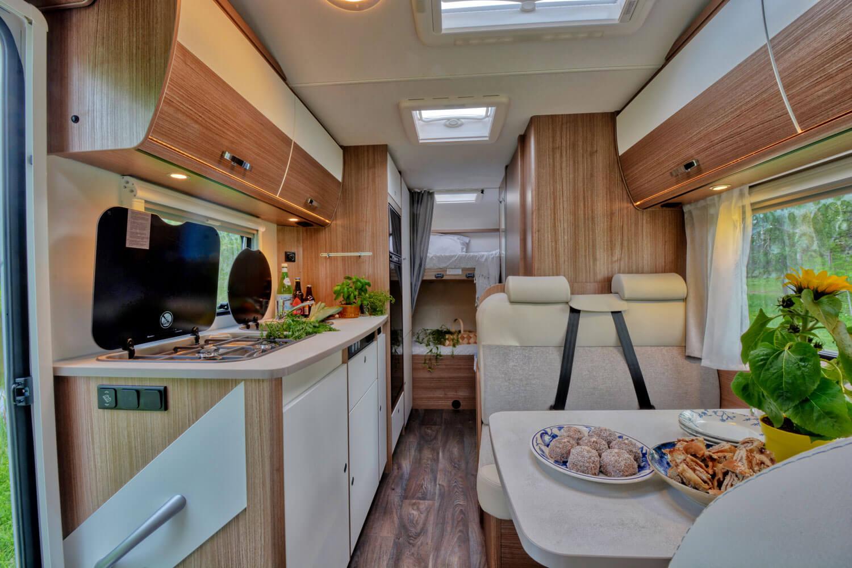 SkandiTrip Familie Wohnmobil gemütlische Wohnzimmer und Alkoven
