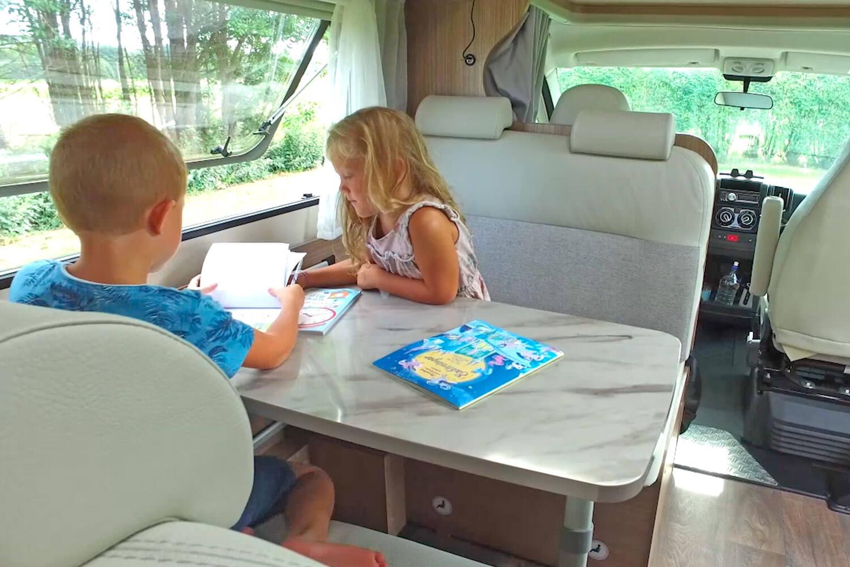 SkandiTrip Familie Wohnmobil Badezimmertür und Einzelbetten
